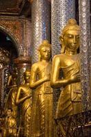 linea di buddha nel complesso shwe dagon
