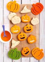 biscotti a forma di zucca di halloween foto