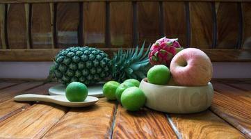 frutta, ananas, mela, limone e freschi della fattoria. foto