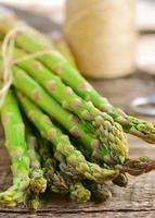 mazzo di asparagi verdi e crudi