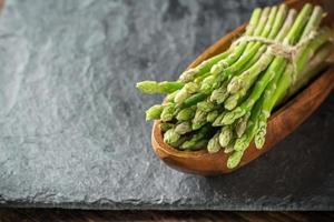 mazzo di asparagi freschi sul tavolo foto