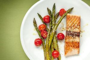 filetto di salmone con asparagi e pomodorini
