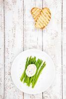 colazione: uovo in camicia con asparagi e ciabatta tostata foto