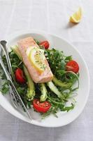 salmone al vapore con insalata di rucola e asparagi freschi foto