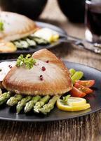 bistecca di tonno alla griglia servita su asparagi con zmieniakami arrosto