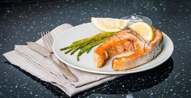 bistecca alla griglia di salmone con verdure e vino foto