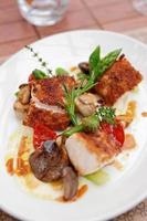 filetto di pesce con funghi e asparagi foto