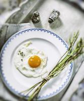 uovo fritto e asparagi selvatici freschi foto