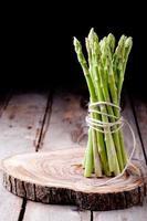 asparagi freschi su uno sfondo di legno