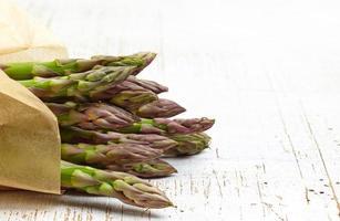 asparagi freschi crudi foto