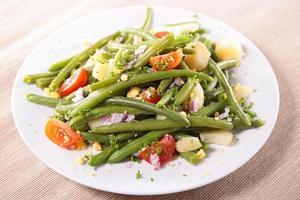 insalata di fagioli verdi con pomodoro e uovo foto
