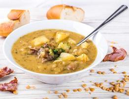 zuppa di piselli con pollo affumicato foto