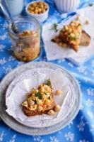 panino con carote, formaggio e ceci
