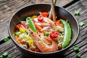 gamberi con verdure e noodles