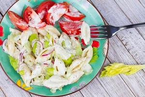 insalata di pasta cremosa con sedano e cipolla rossa foto
