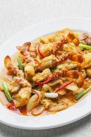 granchio fritto mescolato con aglio, pepe, curry in polvere
