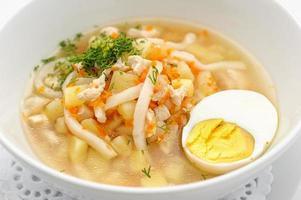 zuppa di noodles con uovo foto
