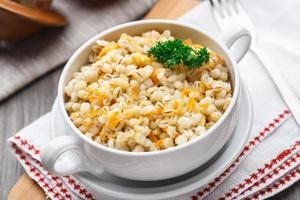 porridge di orzo con carota e cipolla foto