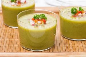 zuppa verde con verdure fresche su un vassoio di legno, primo piano foto