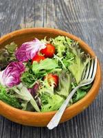 verdure di insalata rustiche foto