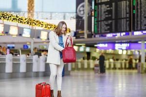 donna all'aeroporto internazionale in attesa di volo al terminal foto