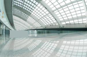 moderno centro commerciale della stazione della metropolitana dell'aeroporto di beijin.
