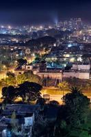 paesaggio notturno della città foto