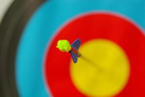 una freccia sul bersaglio. foto