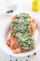 salmone pesce crudo foto