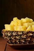 dessert ananas affettato su un piatto di legno