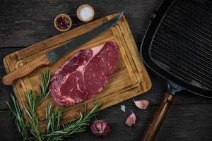 bistecca di manzo cruda con erbe e spezie dall'alto foto