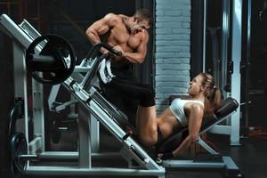 bodybuilder uomo allena una donna.