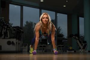 donna di mezza età che esercita push up foto