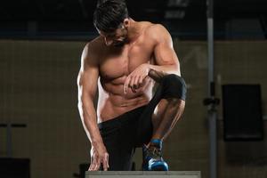 atleta che riposa dopo aver eseguito un salto box foto