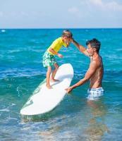 ragazzo che pratica il surf foto