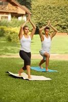 esercizio di yoga. giovane coppia meditando in palestra foto