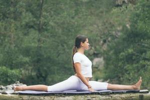 donna che fa yoga in natura foto