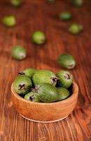 frutti di feijoa in una ciotola di legno foto