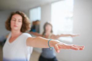 donne che fanno allenamento di yoga in classe foto