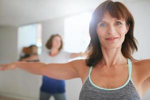 donne che fanno allenamento di yoga in palestra foto