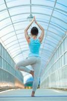 donna che pratica yoga foto