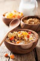 muesli sano con frutta secca a colazione foto
