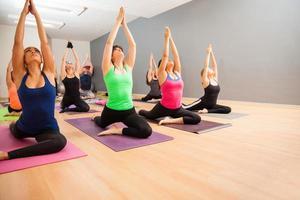 grande gruppo di persone in uno studio di yoga foto