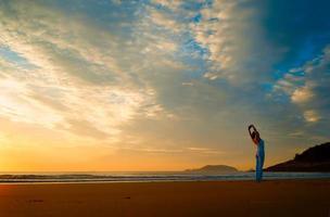 yoga su una spiaggia foto