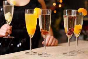 quattro bicchieri pieni di champagne
