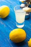 bicchiere da cocktail isolato su sfondo blu in legno foto