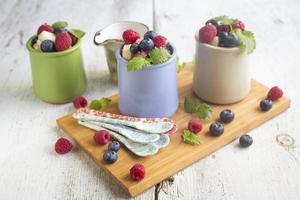 macedonia di frutta fresca con bacche in piatti a la carte foto