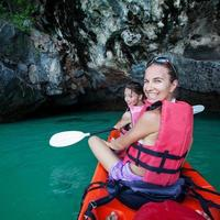 donna caucasica è kayak in mare in Thailandia foto