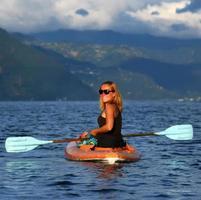 giovane donna in kayak foto