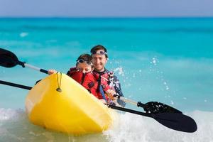 padre e figlio in kayak foto